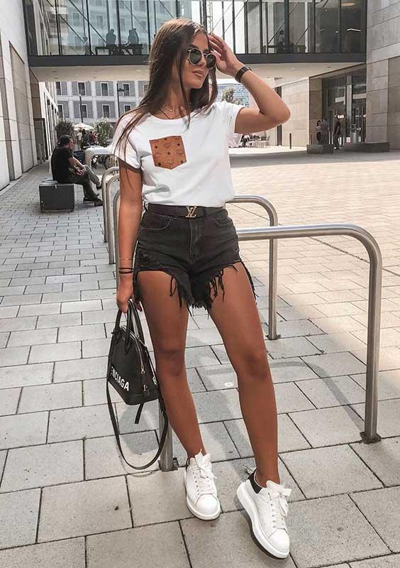 t-shirt branca e short jeans preto