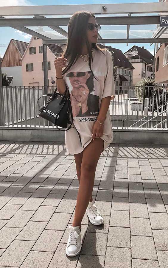 t-shirt dress com tênis branco