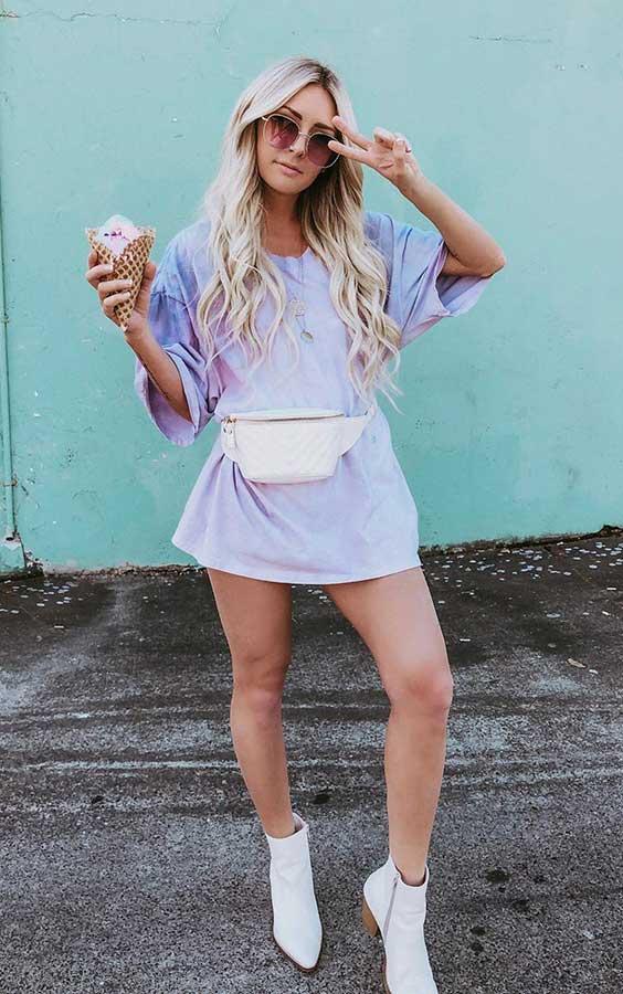 t-shirt dress lilás com pochete e bota branca