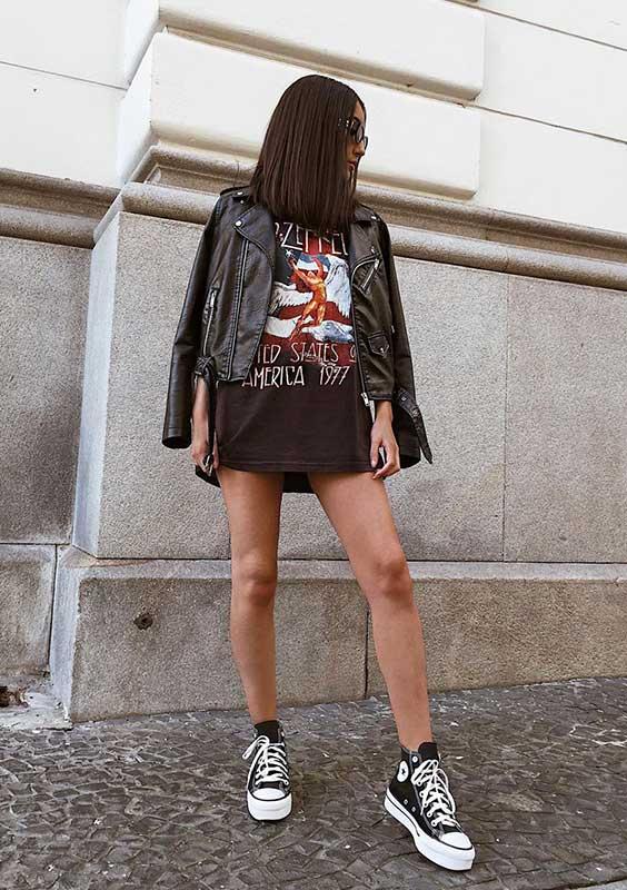 t-shirt dress com jaqueta de couro e all star