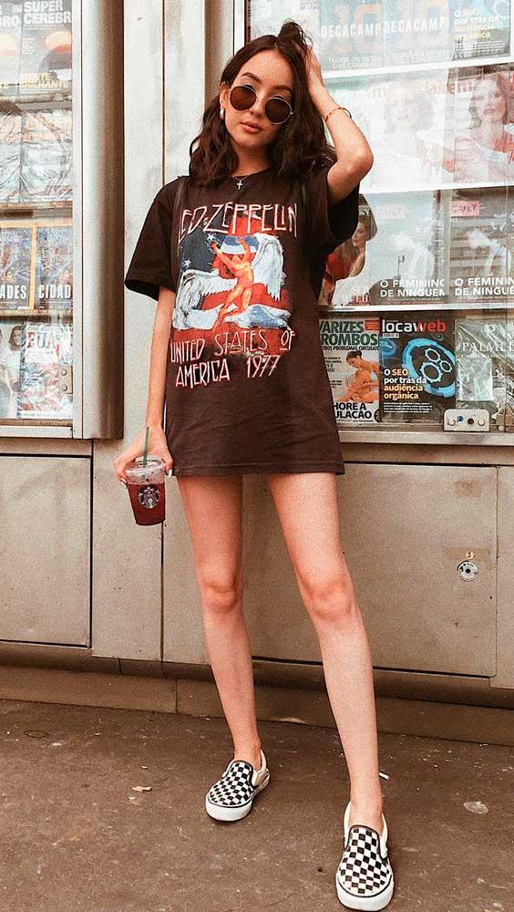 t-shirt dress estampada com tênis