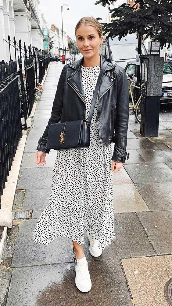jaqueta de couro e vestido longo