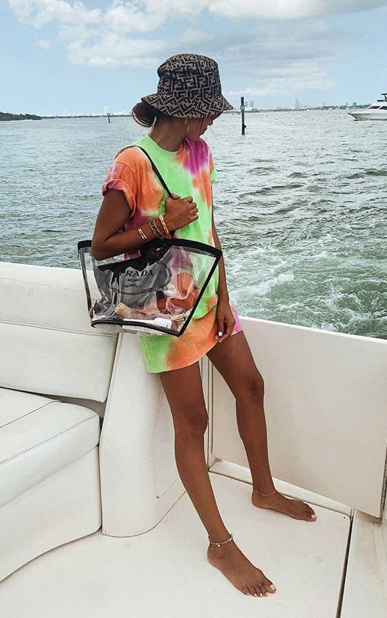 blusão colorido e bolsa de plático