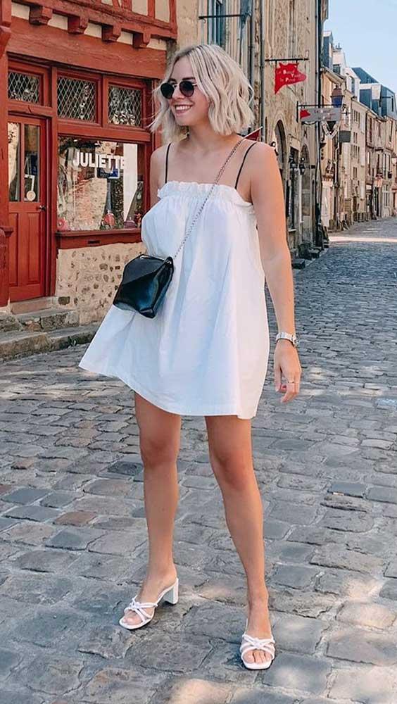 sandália de bico quadrado com vestido branco