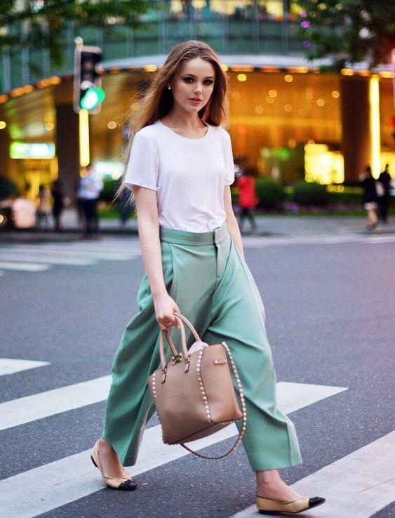 blusa branca e calça de alfaiataria verde metna