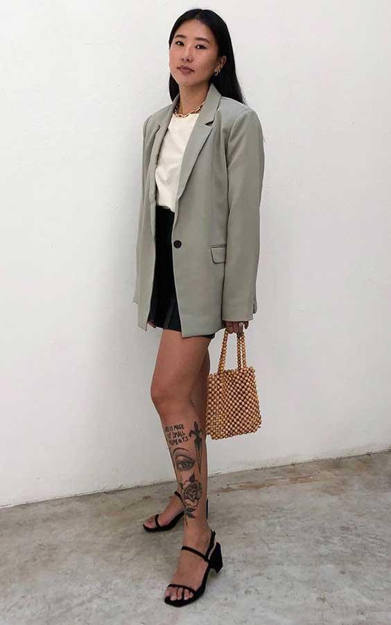 camisa, blazer e bolsa de contas