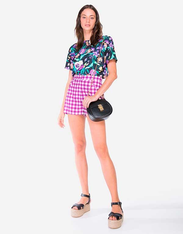 Blusa floral e shortinho xadrez vichy