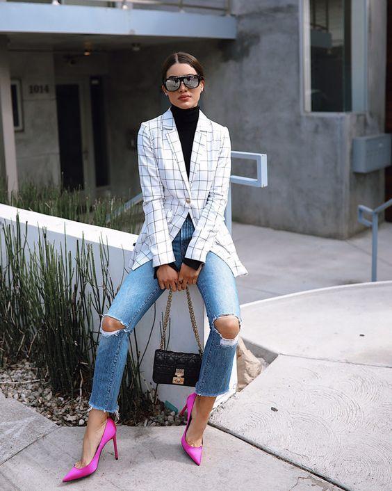 Blazer xadrez, calça jeans e scarpin colorido