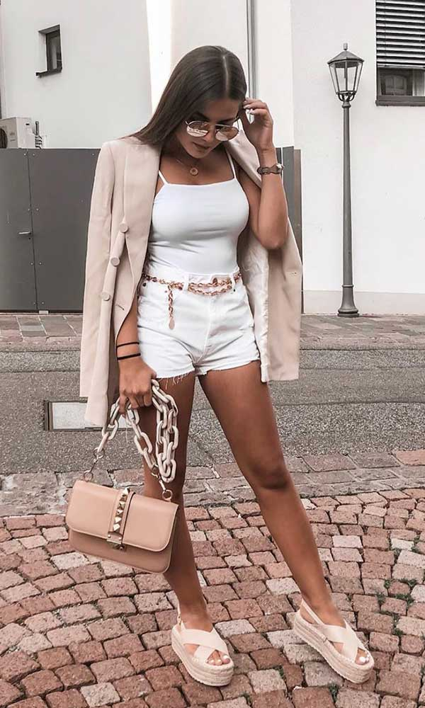short branco com sandália plataforma