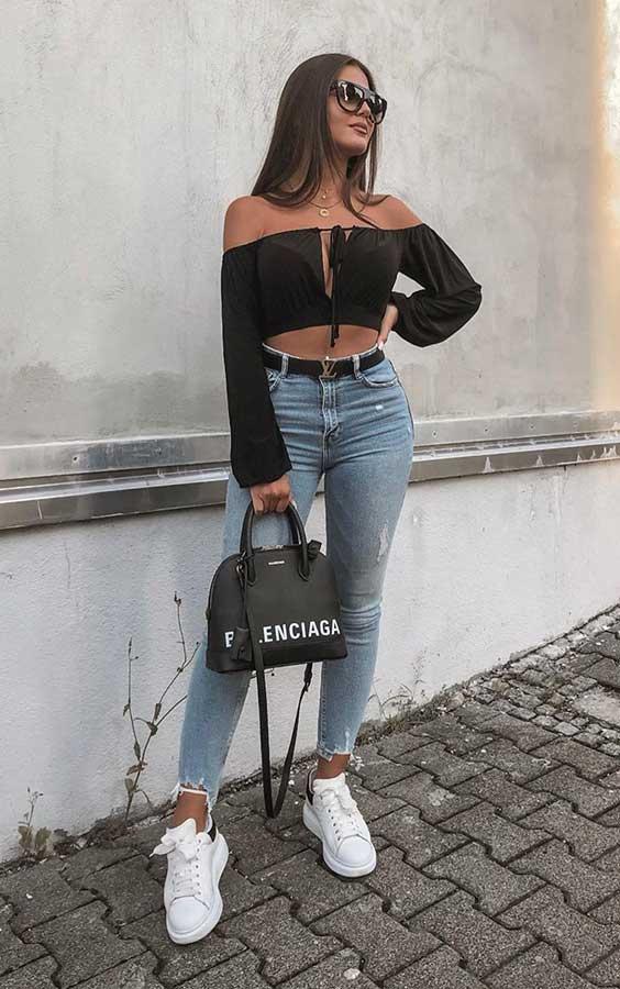 top preto, calça jeans e tênis branco