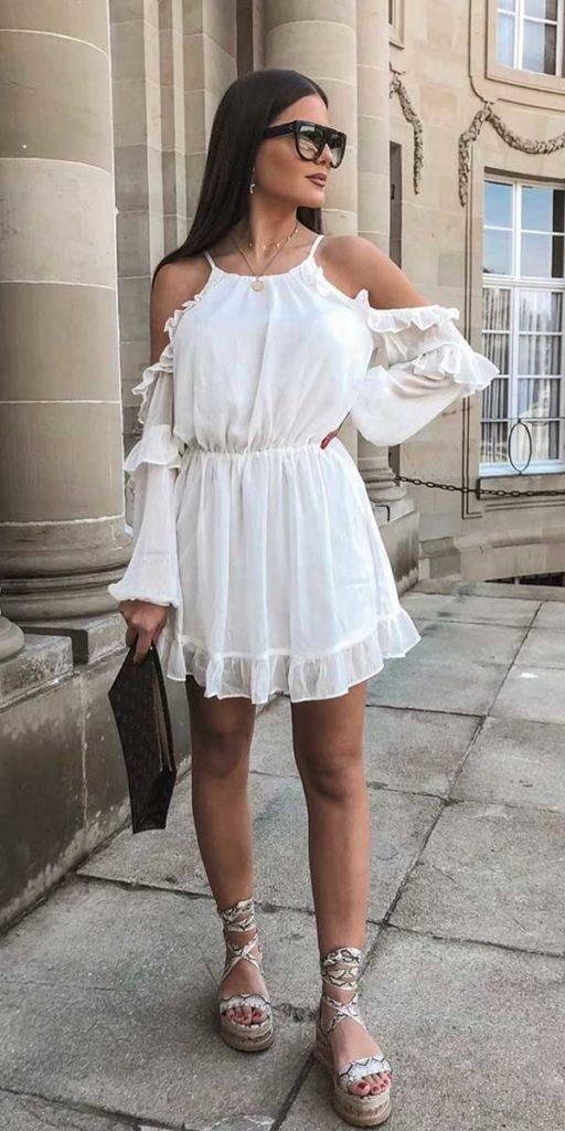 vestido branco com sandália plataforma