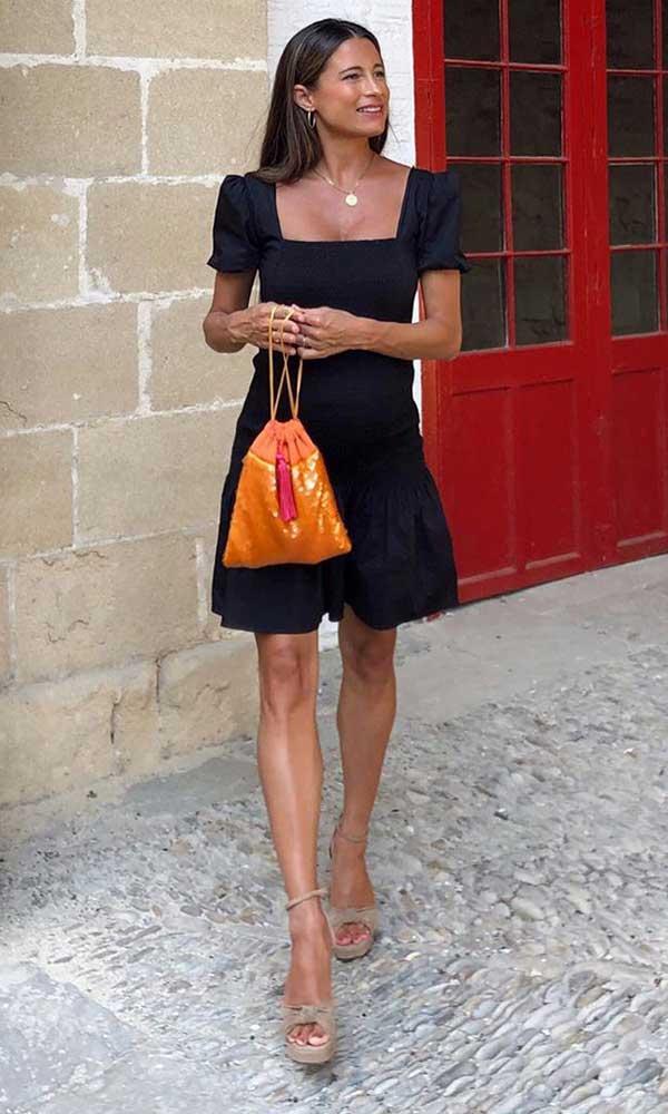 vestido preto com sandália plataforma