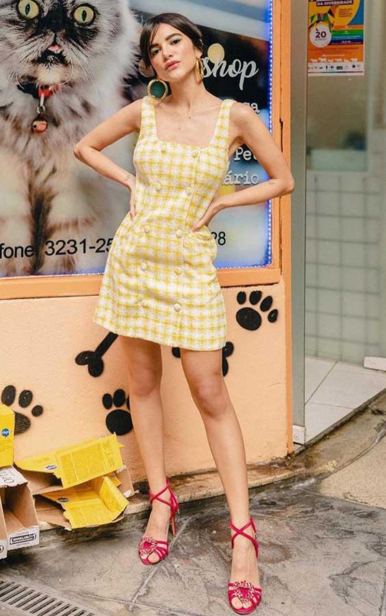 Vestido amarelo xadrez vichy na primavera