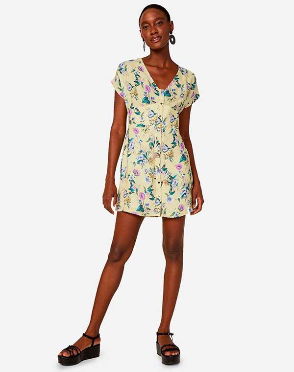 vestido curto floral com sandália plataforma
