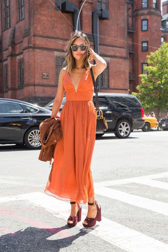 vestido midi laranja com sandália plataforma