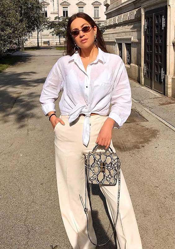camisa branca e bolsa de cobra