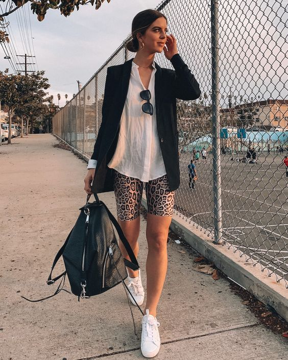 camisa branca, bermudinha de oncinha e tênis brnaoc