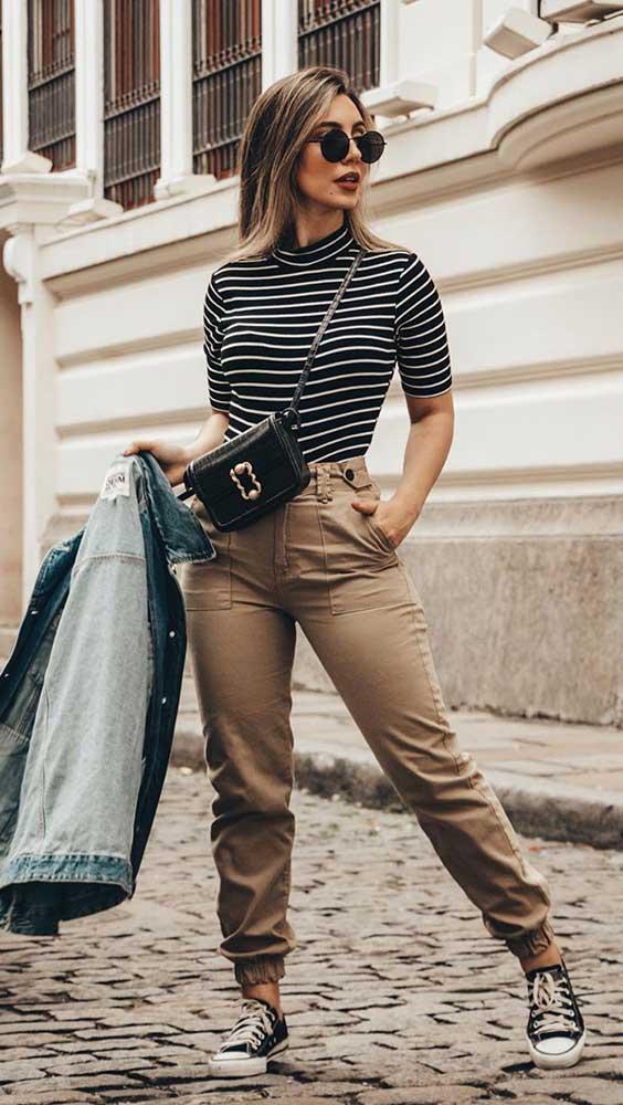 blusa listrada e calça jogger e tênis all star de cano médio