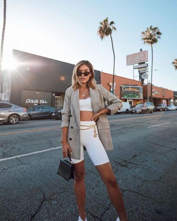 cinza xadrez blazer + biker shorts e top branco
