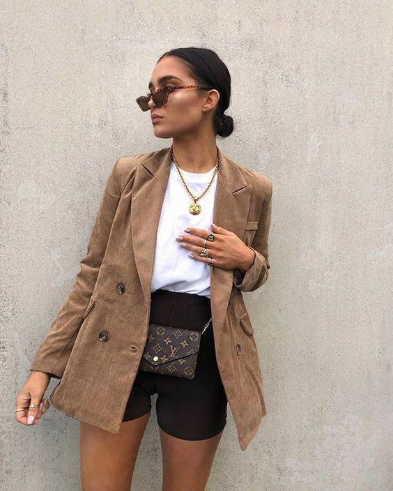 marrom blazer + biker shorts preta e blusa branca