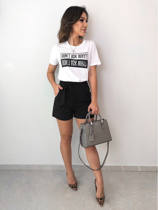t-shirt branca e shortinho preto