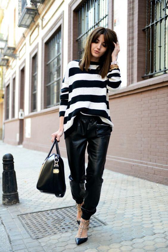 blusa listrada e calça de couro