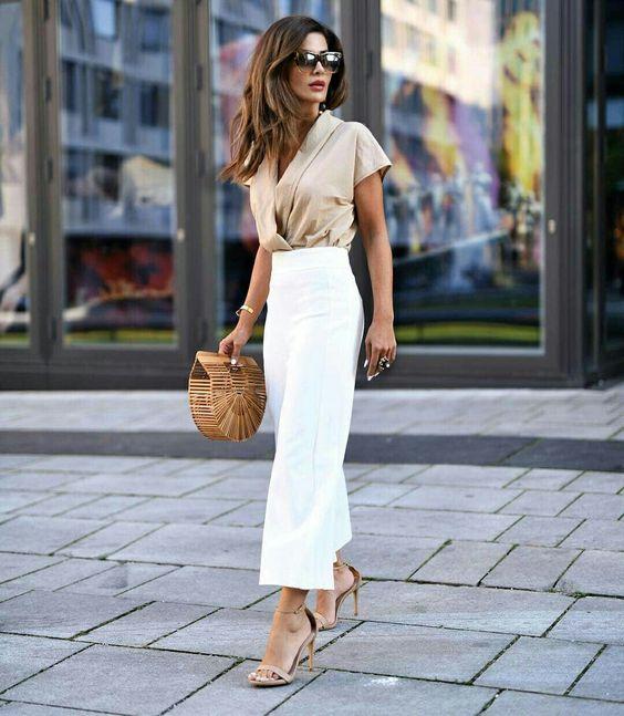 blusa em tons terrosos e calça branca