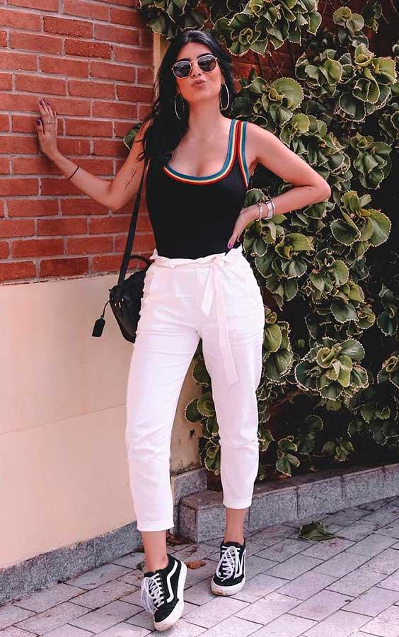 body preto e calça branca