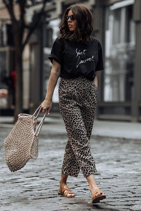 t-shirt preta e calça com animal pritn