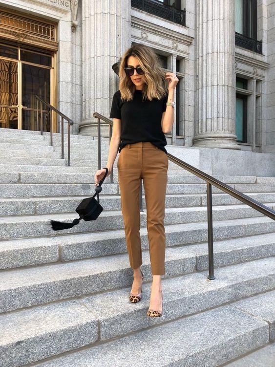 blusa preta e calça marrom