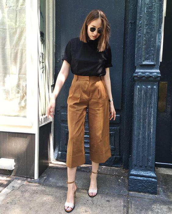 blusa preta e calça pantacourt em tons terrosos