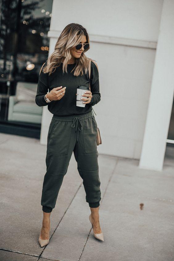 blusa preta, calça jogger e scarpin