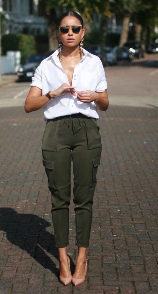 camisa branca e calça jogger verde