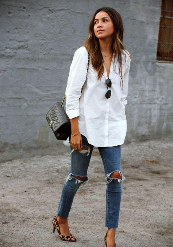 camisa branca, calça jeans destroyed e scarpin de oncinha