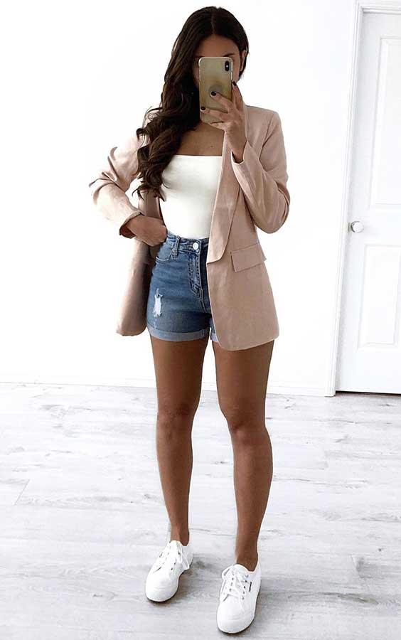 básica com blazer, short jeans e tênis branco