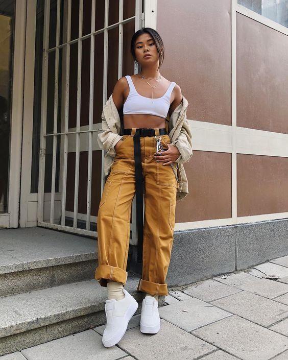 calça amarela e cropped branco