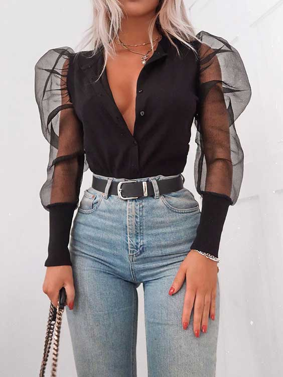 camisa com super decote e manga de organza, calça jeans de cintura alta e cinto