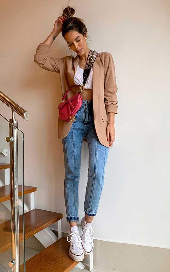 cropped, blazer, calça jeans e pochete