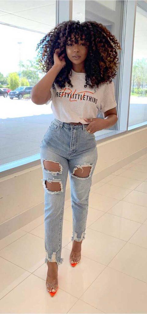 Alexandra Nx, slogan t-shirt, mom jeans destroyed, sapato colorido de plástico