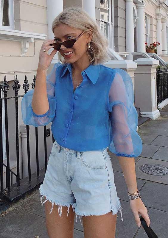 camisa azul com manga de organza e shor jeans desfiado