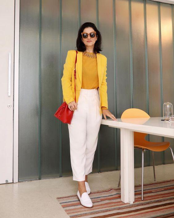 blazer amarelo e calça branca