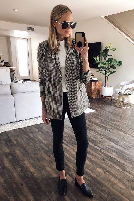 look de trabalho com blazer cinza calça preta e loafer