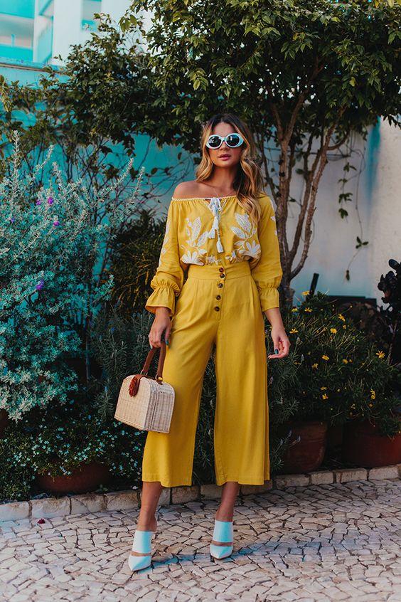 calça amarela e blusa de manga amarela
