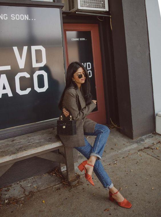 calça jeans e sapato vermelho