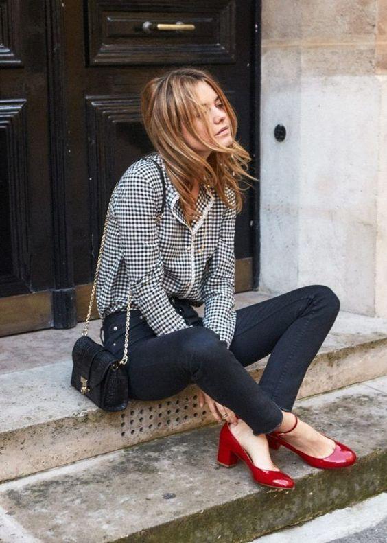 camisa cinza, calça preta e sapato vermelho