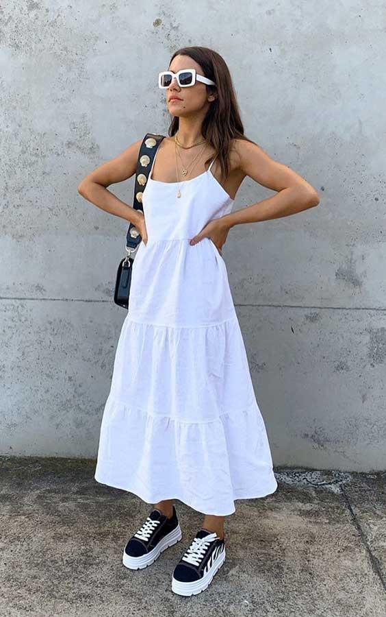 vestido longo branco e tênis preto