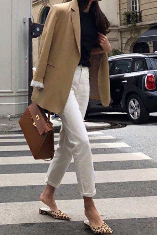 blazer marrom e calça branca