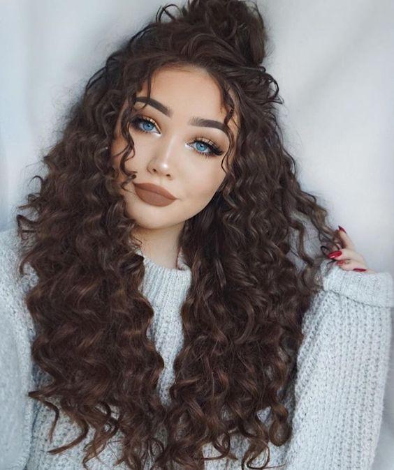 cabelo cacheado com half bun