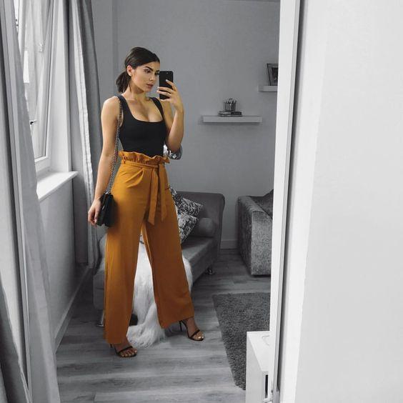 calça amarela e regata preta
