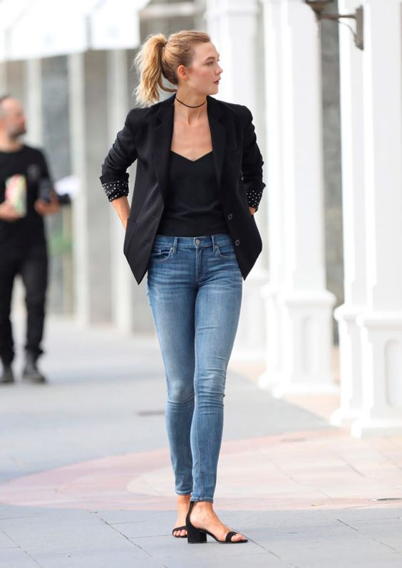 blazer preto, regata branca e calça jeans